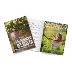 Lähemmäksi Jeesusta -kirja on pehmeäkantinen ja sisältää runsaasti kauniita kuvia ja Raamatunkohtia.